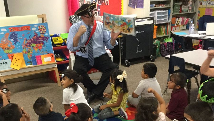 Michael WIlliam Reads to students on read like a pirate day
